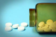 Preventivpillerar ut ur flaskan Arkivbild