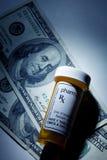 Preventivpillerflaska och dollar Royaltyfri Foto
