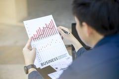 Previsão financeira analítica da tendência do ano 2017 do gráfico do homem de negócio que planeia o pla exterior Fotos de Stock Royalty Free
