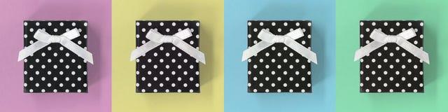 Prezentów pudełek sztandar na pastelowych multicoloured kwadratach, zdjęcia royalty free