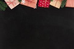 Prezentów pudełka i boże narodzenie ornamenty, rabatowy projekt na blackboard, Zdjęcie Royalty Free