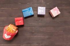 Prezentów pudełka i kwiatu garnek są na drewnianym tle z empt Fotografia Royalty Free