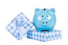 Prezentów pudełka i prosiątko bank Pieniądze dla prezenta Prezenty i zakupy zdjęcie stock