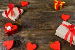 Prezentów pudełka papier - mache w postaci czerwonych serc wiążących z atłasowymi faborkami i prezenty Pakujący rzemiosłem tapetu Zdjęcie Stock