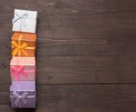 Prezentów pudełka są na drewnianym tle z pustą przestrzenią Obraz Stock