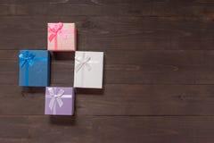 Prezentów pudełka są na drewnianym tle z pustą przestrzenią Fotografia Stock