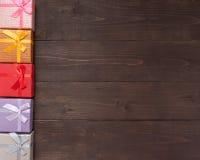 Prezentów pudełka są na drewnianym tle z pustą przestrzenią Zdjęcie Royalty Free