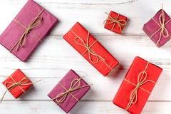 Prezentów pudełka w różnych kolorach i rozmiarach na drewnianym tle Obrazy Royalty Free