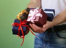 Prezentów pudełka z faborkami w męskich rękach Zdjęcie Stock