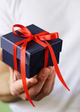 Prezentów pudełka z faborkami w męskich rękach Obrazy Royalty Free