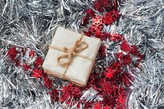Prezentów pudełka z wielką czerwoną dekoracją na srebnym świecidełka tle płatki śniegu Bożenarodzeniowy prezent Z prezenta pudełk zdjęcia stock