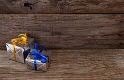 Prezentów pudełka na drewnianej deski tle obraz royalty free