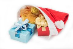 Prezentów pudełka w czerwonym Santa kapeluszu na bielu Zdjęcia Royalty Free