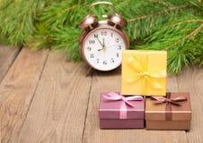 Prezentów pudełka z jedlinowym drzewem i zegarem Obraz Stock