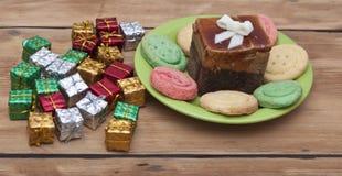 Prezentów pudełka z kolorowym ciastkiem Obraz Royalty Free