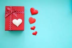 Prezentów serca na błękitnym tle i pudełko obraz royalty free
