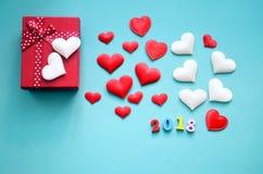 Prezentów serca na błękitnym tle i pudełko fotografia royalty free