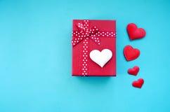 Prezentów serca na błękitnym tle i pudełko zdjęcia stock