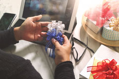 Prezent daje Kreatywnie ręce pisać na maszynie i ręce z prezentem Prezent delive Zdjęcie Royalty Free