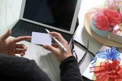 Prezent daje Kreatywnie ręce wybiera i ręce z prezentem Prezentów delikatesy Zdjęcie Royalty Free