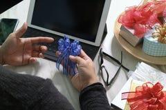 Prezent daje Kreatywnie ręce wybiera i ręce z prezentem Prezentów delikatesy Fotografia Stock