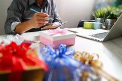 Prezent daje Kreatywnie ręce wybiera i ręce z prezentem Prezentów delikatesy Fotografia Royalty Free