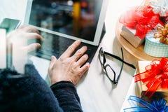 Prezent daje Kreatywnie ręce z pisać na maszynie i ręce z prezentem Prezenta d Zdjęcia Stock