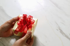 prezent daje, mężczyzna ręka trzyma prezenta pudełko w gescie dawać o Zdjęcie Royalty Free