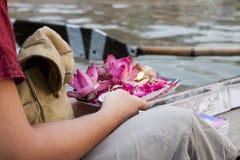 Prezent dla nieżywych ludzi w Ganga rzece varanasi indu Zdjęcia Royalty Free
