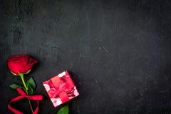 Prezent dla walentynki ` s dnia Rewolucjonistki róża, prezenta pudełko, czerwoni serce znaki na czarnej tło odgórnego widoku kopi Obrazy Stock