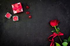Prezent dla walentynki ` s dnia Rewolucjonistki róża, prezenta pudełko, czerwoni serce znaki na czarnej tło odgórnego widoku kopi Zdjęcie Royalty Free