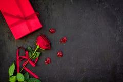 Prezent dla walentynki ` s dnia Rewolucjonistki róża, prezenta pudełko, czerwoni serce znaki na czarnej tło odgórnego widoku kopi Obraz Stock
