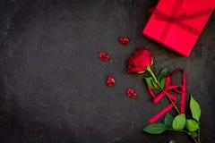 Prezent dla walentynki ` s dnia Rewolucjonistki róża, prezenta pudełko, czerwoni serce znaki na czarnej tło odgórnego widoku kopi Fotografia Royalty Free