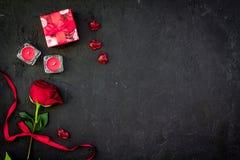 Prezent dla walentynki ` s dnia Rewolucjonistki róża, prezenta pudełko, czerwoni serce znaki na czarnej tło odgórnego widoku kopi Zdjęcie Stock