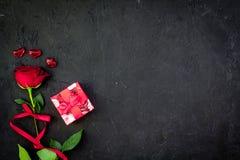 Prezent dla walentynki ` s dnia Rewolucjonistki róża, prezenta pudełko, czerwoni serce znaki na czarnej tło odgórnego widoku kopi Obrazy Royalty Free