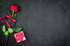 Prezent dla walentynki ` s dnia Rewolucjonistki róża, prezenta pudełko, czerwoni serce znaki na czarnej tło odgórnego widoku kopi Zdjęcia Royalty Free