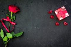 Prezent dla walentynki ` s dnia Rewolucjonistki róża, prezenta pudełko, czerwoni serce znaki na czarnej tło odgórnego widoku kopi Fotografia Stock