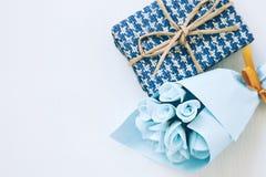 Prezent i błękitny kwiatu bukiet na białym tle Obraz Royalty Free
