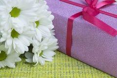 Prezent i kwiaty w górę zdjęcie stock