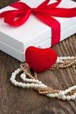Prezent kolia na drewnianym tle i pudełko Walentynka dzień, poślubiać lub urodzinowy pojęcie, Fotografia Stock