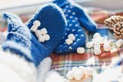 Prezent, nowy rok, surpriseMarshmallows w ręce Zdjęcie Royalty Free