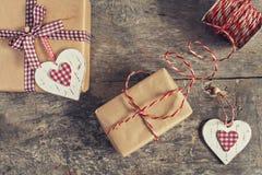 Prezent pakuje Kraft proces Valentine& x27; s dzień Zdjęcie Royalty Free