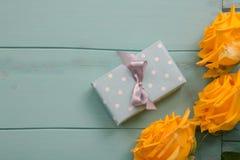 Prezent róże z i pudełko walentynki, ślub, rocznica, matka dzień lub urodzinowy prezent, Obraz Stock