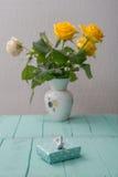 Prezent róże z i pudełko walentynki, ślub, rocznica, matka dzień lub urodzinowy prezent, Obrazy Royalty Free