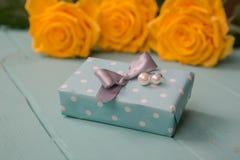 Prezent róże z i pudełko walentynki, ślub, rocznica, matka dzień lub urodzinowy prezent, Obrazy Stock