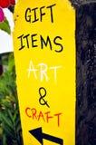 Prezent rzeczy, sztuka i rzemiosło, jaskrawy demonstracyjny żółty handmade si fotografia royalty free