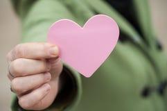 Prezent w kształtnym sercu w kobiety ręce - valentines dzień c Zdjęcie Royalty Free