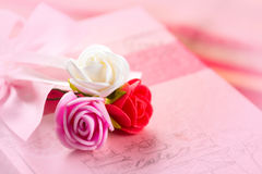 Prezent w menchiach boksuje z trzy kolorową różą Obrazy Stock