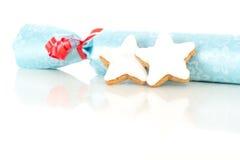 Prezent z gwiazdy kształtnym cynamonowym ciastkiem Obraz Stock