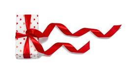 Prezent zawijający w czerwonym pudełku z obrazkiem serce dla walentynka dnia obrazy stock